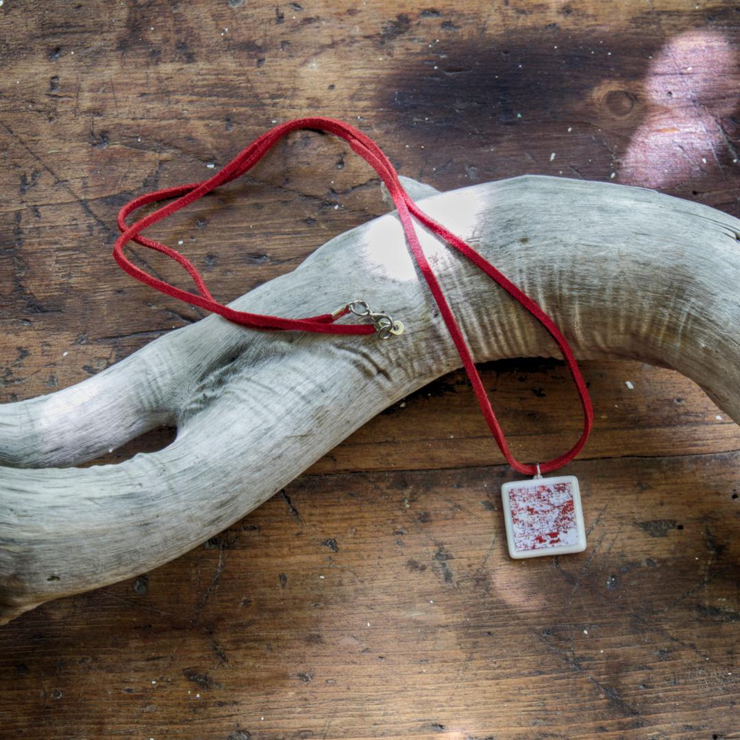Collier en suédine se portant long (80cm) ou en ras du cou (40 cm)