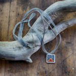 Collier en suédine et ruban. Longueur ajustable de 74 à 80 cm